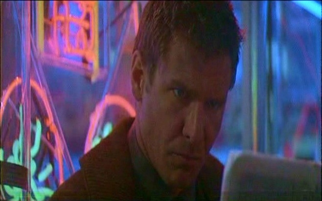 Ford in una scena del film BLADE RUNNER
