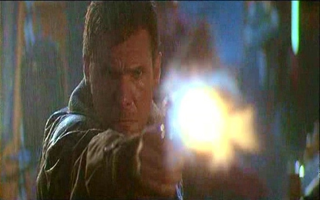 Harrison Ford in una scena d'azione di BLADE RUNNER
