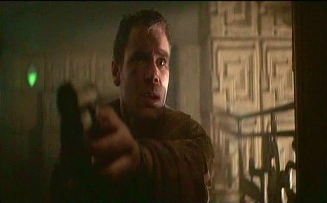 Harrison Ford in una scena di BLADE RUNNER di Ridley Scott