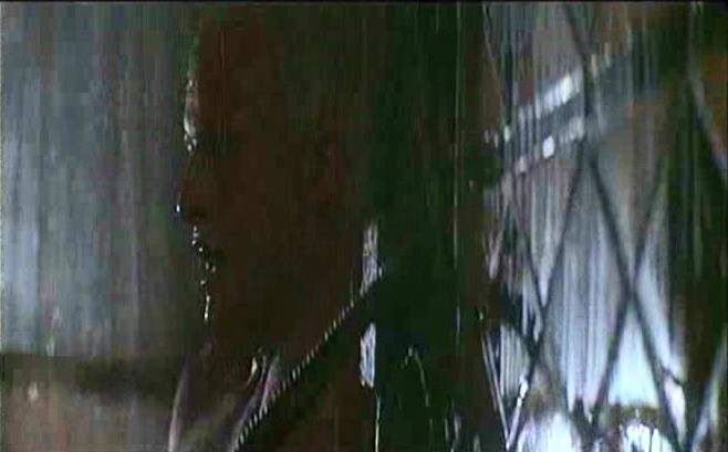 Rutger Hauer in una scena di BLADE RUNNER