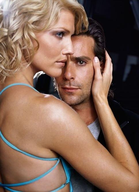 James Callis e Tricia Helfer in una scena di Battlestar Galactica