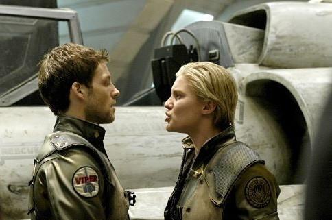 Jamie Bamber e Katee Sackhoff in una scena di Battlestar Galactica