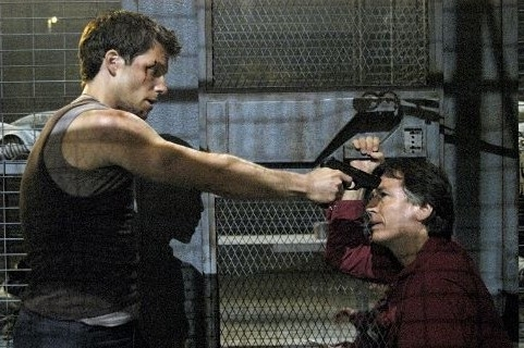 Jamie Bamber e Richard Hatch in una scena di tensione in Battlestar Galactica