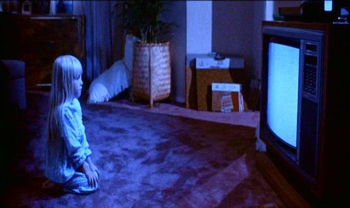 la piccola Heather O'Rourke in una scena di POLTERGEIST: DEMONIACHE PRESENZE