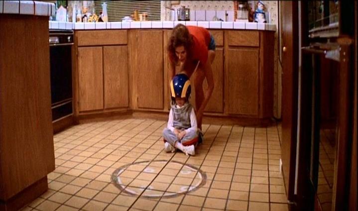 JoBeth Williams e Heather O'Rourke in una scena di POLTERGEIST: DEMONIACHE PRESENZE