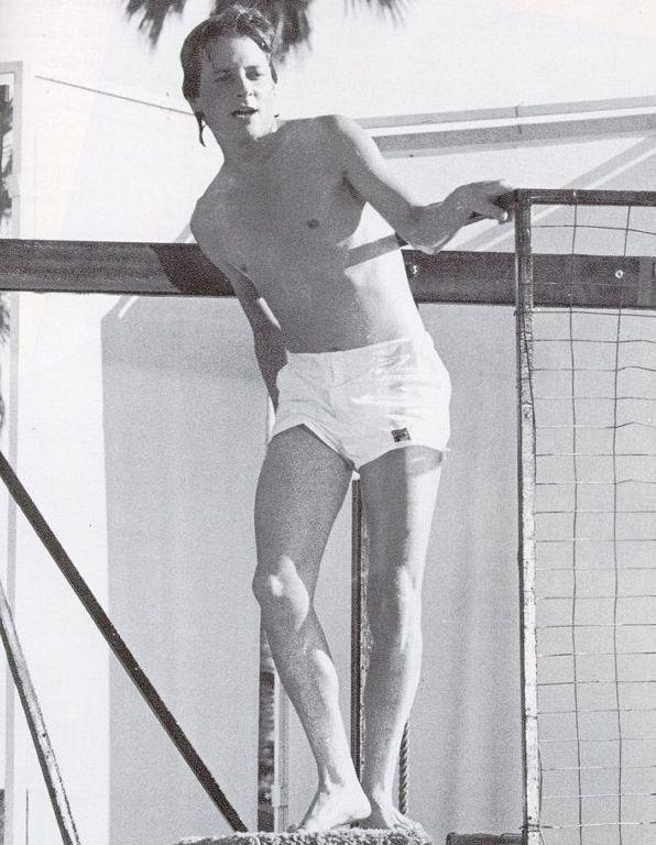 Una sexy immagine di Michael J. Fox in piscina