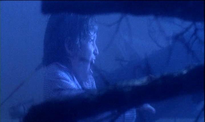 Oliver Robins in una scena dell'horror POLTERGEIST: DEMONIACHE PRESENZE
