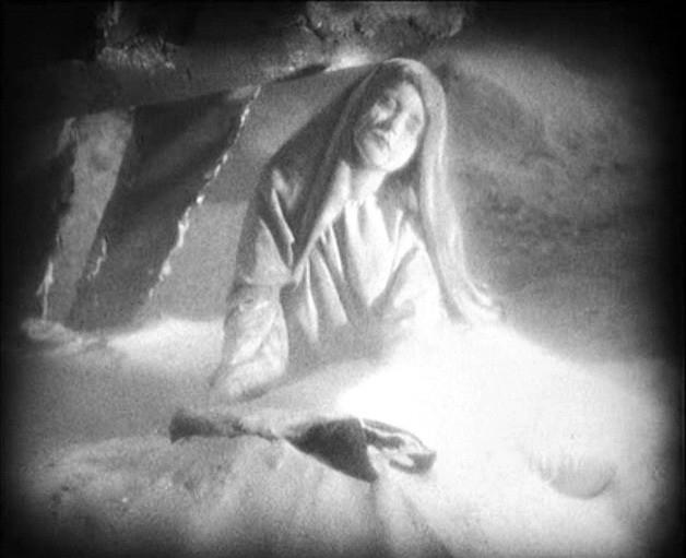 Camilla Horn in una scena del film di F.W. Murnau, FAUST