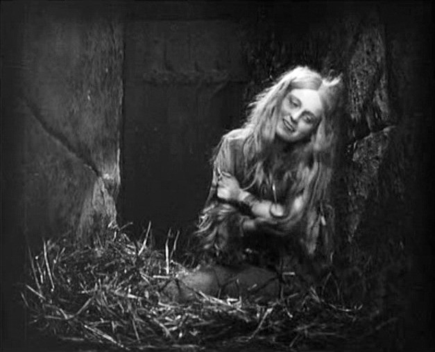FAUST di F.W. Murnau: Camilla Horn in una sequenza del film