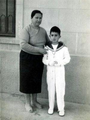 Il piccolo Pedro Almodovar con sua mamma