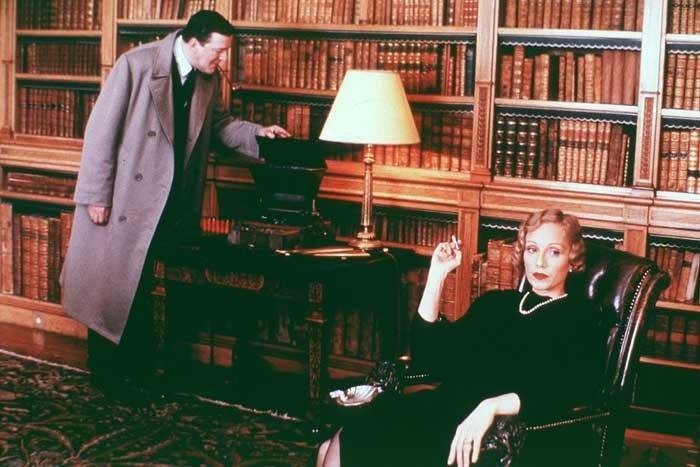 Kristin Scott Thomas e Stephen Fry in una scena di Gosford Park