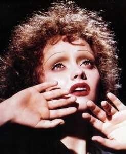 Christina Ricci truccata come Edith Piaf