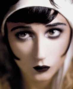 Demi Moore truccata come Clara Bow