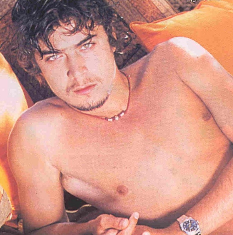 Riccardo Scamarcio a torso nudo