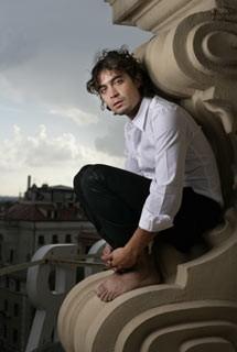 Riccardo Scamarcio in un servizio fotografico