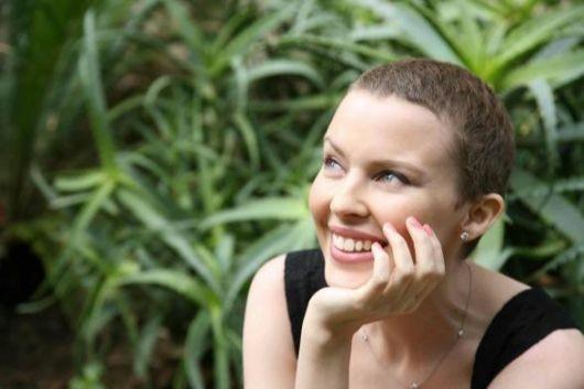 Aprile '06: Kylie Minogue a Portofino con un nuovo look, dopo la malattia.