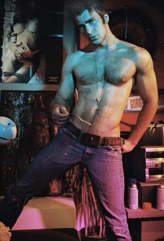 Chris Evans in una posa irresistibilmente sexy