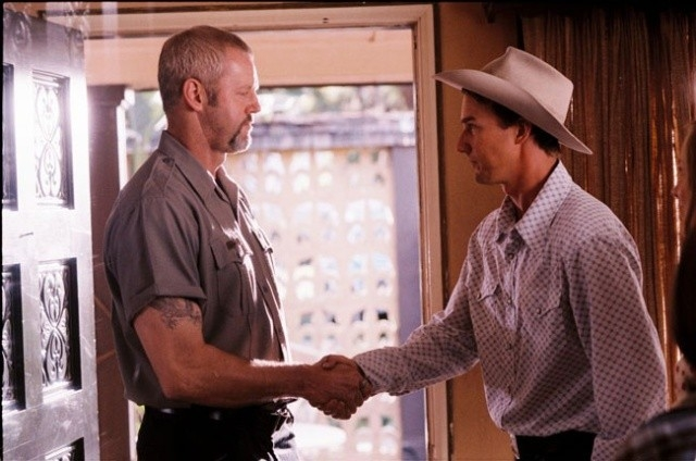 David Morse e Edward Norton in una scena di Down in the Valley