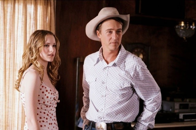 Evan Rachel Wood e Ed Norton in una scena di Down in the Valley