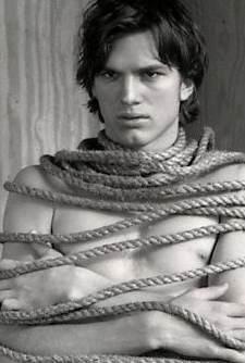 Ashton Kutcher in un versione vagamente bondage