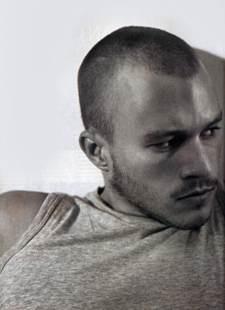 un ritratto in bianco e nero di Heath Ledger