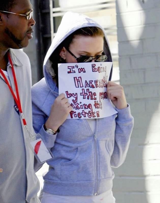 Scarlett Johansson protesta contro l'invadenza dei paparazzi
