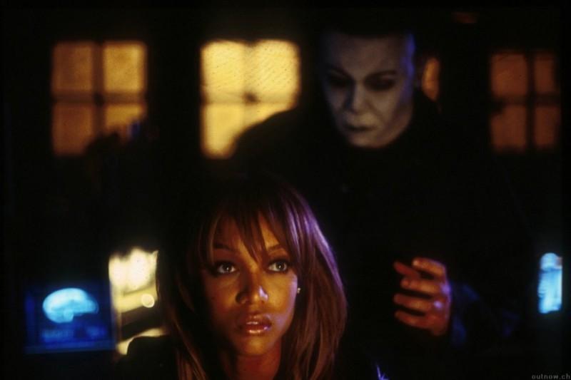 Michael Myers in azione in una scena di Halloween la resurrezione