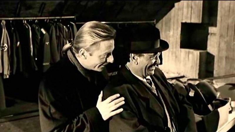 Otto Sander e Peter Falk in una scena di IL CIELO SOPRA BERLINO (Der Himmel über Berlin)