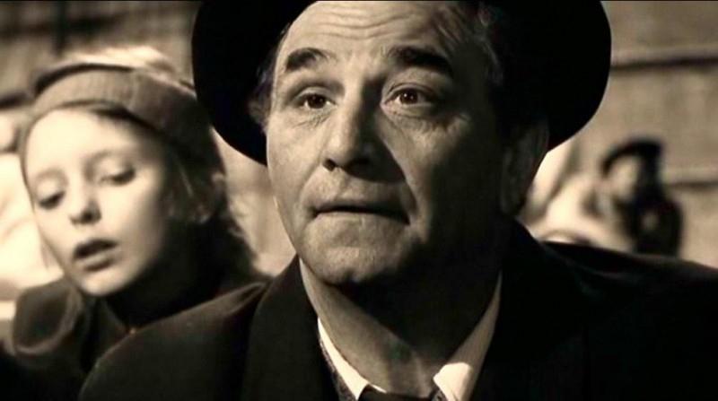 Peter Falk in una scena di IL CIELO SOPRA BERLINO