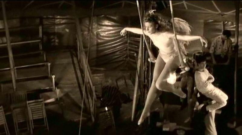 L'attrice Solveig Dommartin in una scena di IL CIELO SOPRA BERLINO
