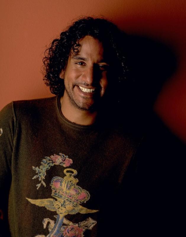 un sorridente Naveen Andrews