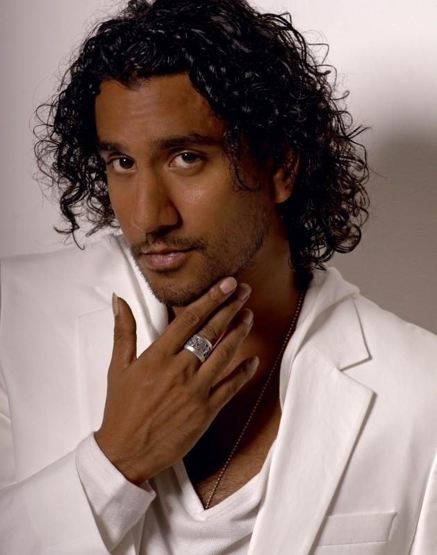 bianco e nero per Naveen Andrews