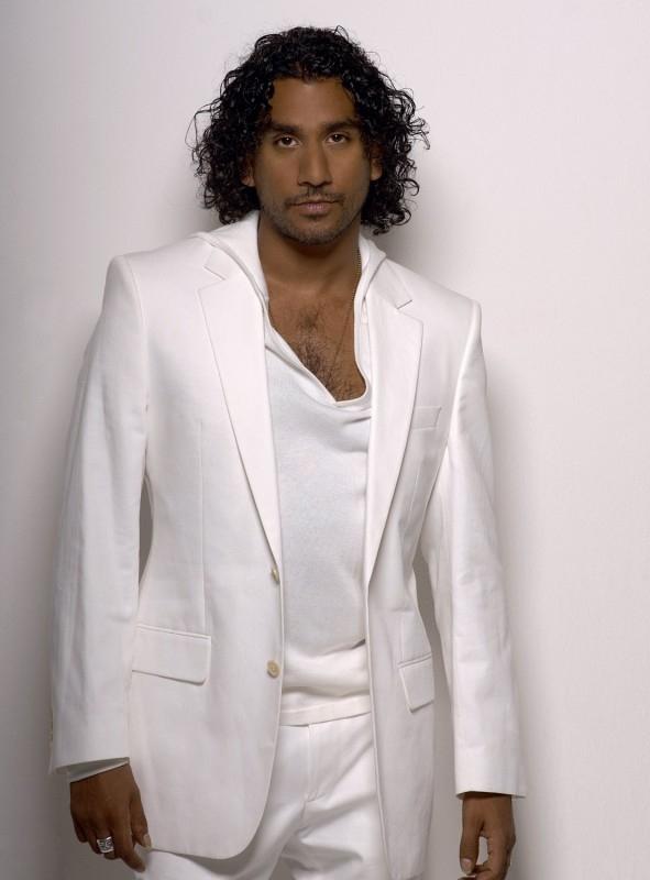 Naveen Andrews fascino in bianco e nero