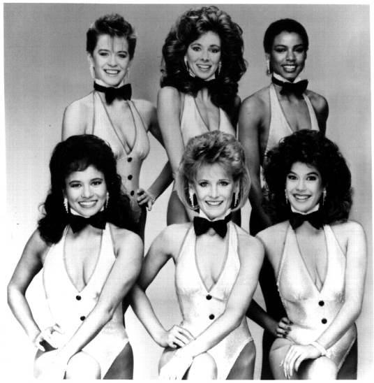 Teri Hatcher (in prima fila) in una foto promozionale per la serie tv Love Boat