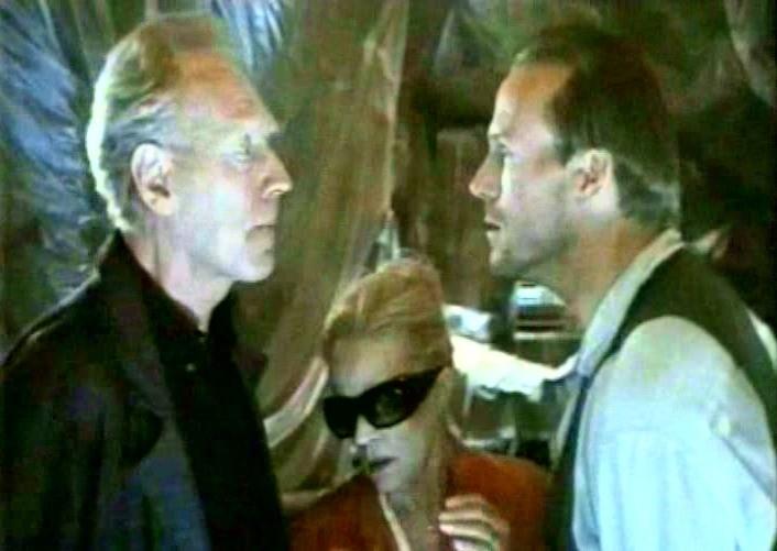 Max von Sydow, Jeanne Moreau e William Hurt in una scena di FINO ALLA FINE DEL MONDO