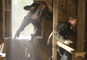 Paul Bettany ed Harrison Ford  in una scena d'azione di Firewall Accesso negato