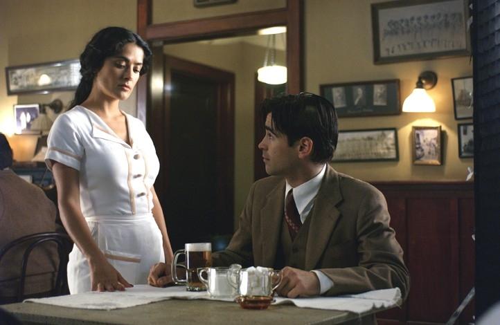 Gli attori Colin Farrell e Salma Hayek in Chiedi alla polvere