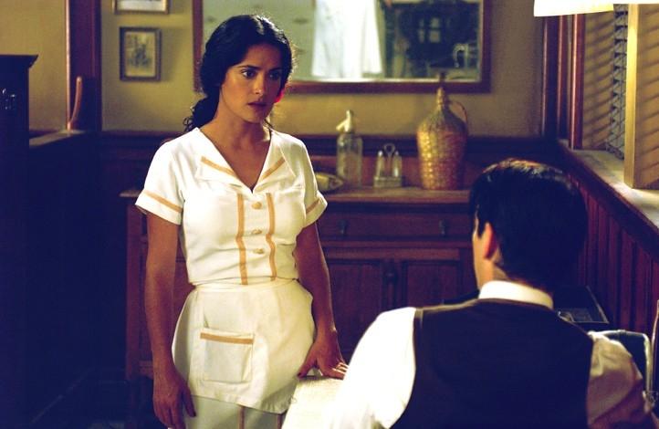 Colin Farrell (di spalle) e Salma Hayek in Chiedi alla polvere