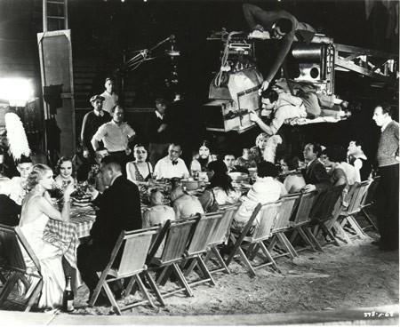 Tod Browning (in alto a destra) durante le riprese della scena del pranzo nuziale in FREAKS