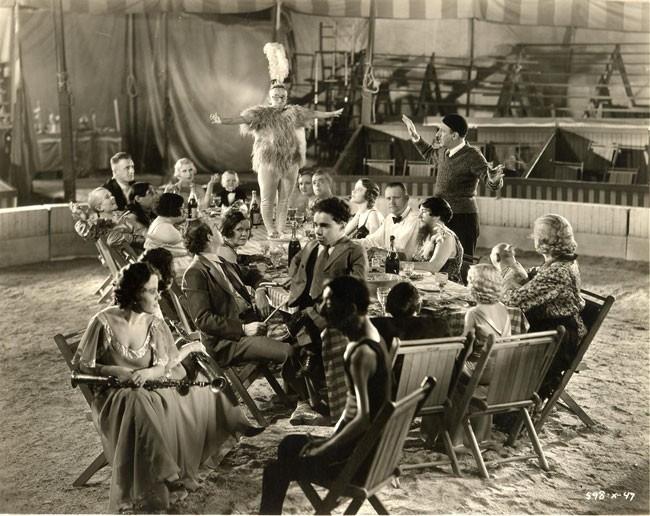 Tod Browning mostra alcuni movimenti durante le riprese del pranzo nuziale di FREAKS