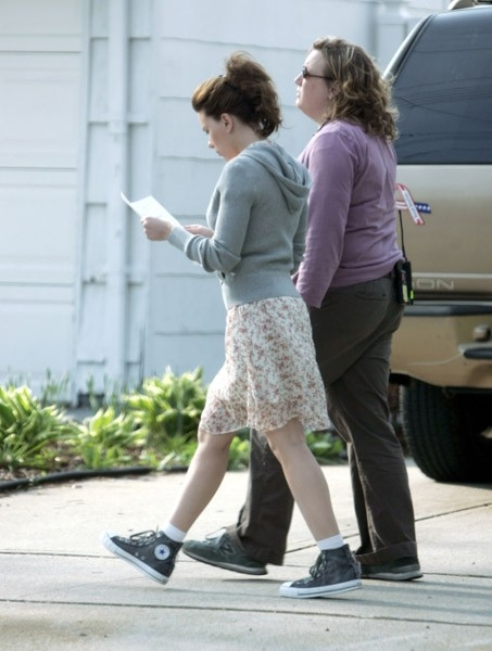 Scarlett Johansson con un'assistente sul set di The Nanny Diaries