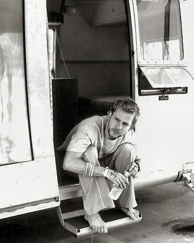 Dominic Monaghan seduto sull'ingresso di una roulotte