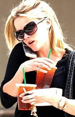 Reese Witherspoon al telefono