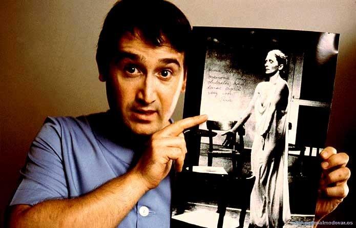 Javier Camara mentre mostra una foto di Pina Bausch in Parla con lei