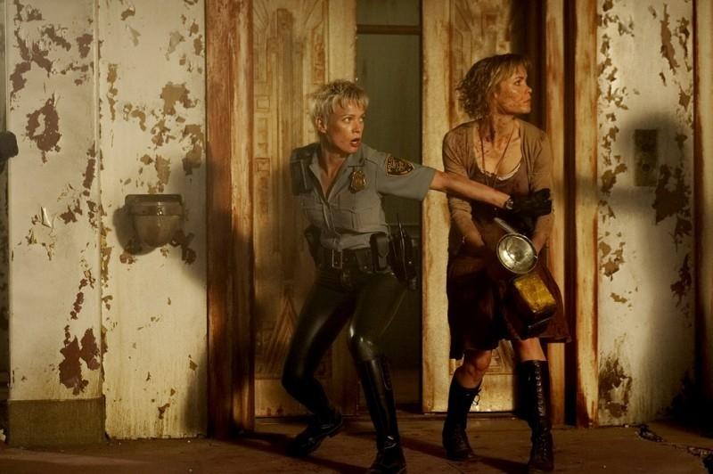 Laurie Holden e Radha Mitchell in una scena di SILENT HILL