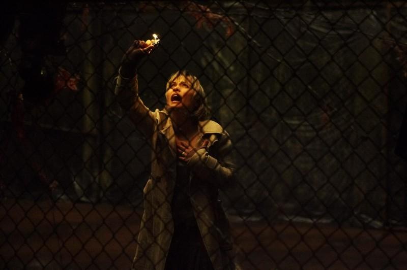 Radha Mitchell in una scena dell'horror videoludico Silent Hill