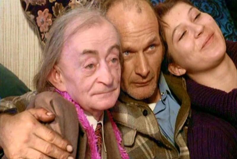 Clemens Scheitz, Clayton Szalpinski e Eva Mattes in una scena di LA BALLATA DI STROSZEK