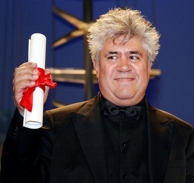 Pedro Almodóvar con il premio per la migliore sceneggiatura per Volver