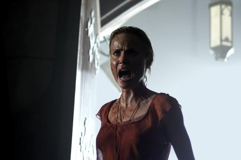 Radha Mitchell in una scena di SILENT HILL, adattamento dell'omonimo videogame