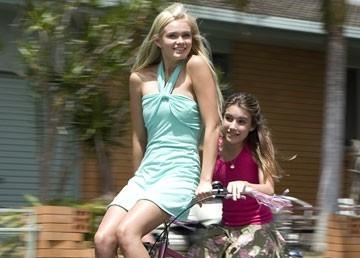 Sara Paxton e Emma Roberts in Aquamarine